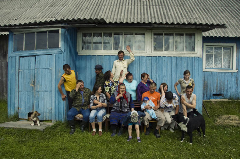 A big family is going to be photographed as they visit their babushka living in an abandoned village. While they gather all together they reminisce about old times.