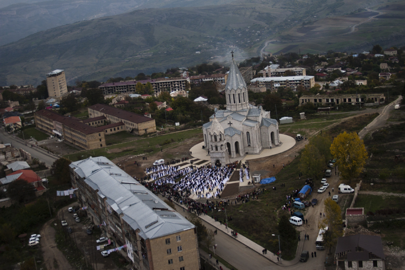 2008. Ghazanchetsots church in Shushi, where 500 couples are being married.